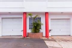 Entrada doble de los vehículos de las puertas del garaje fotografía de archivo