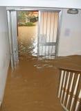 A entrada e a escadaria da casa invadiram pela lama 2 Foto de Stock