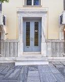 Entrada elegante de la casa con la puerta de madera, Atenas Grecia Imagenes de archivo