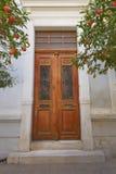 Entrada elegante de la casa con la puerta de madera, Atenas Grecia Imágenes de archivo libres de regalías