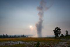 Entrada em erupção fiel velha no parque nacional de Yellowstone Imagem de Stock