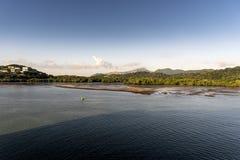 Entrada en el acercamiento al Canal de Panamá de la princesa de la isla imagen de archivo
