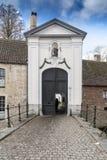 Entrada en el convento Brujas de Begijn Huisje Imagen de archivo