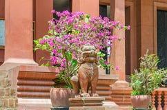 Entrada en el Museo Nacional de Camboya en Phnom Penh con las estatuas del león del guarda en los pasos imágenes de archivo libres de regalías