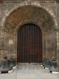Entrada en el templo cubano viejo, altas puertas de madera en la hendidura foto de archivo