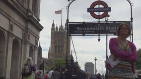 Entrada en la estación de tren subterráneo del transporte público del subterráneo de Londres metrajes