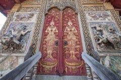 Entrada en la iglesia budista, Wat en Tailandia foto de archivo