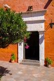 Entrada en una pared roja colorida Imagenes de archivo