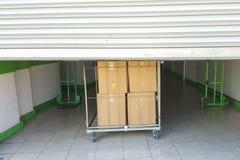Entrada en unidades de almacenamiento del uno mismo, carro grande con las cajas en el frente, puerta del metal Imagenes de archivo