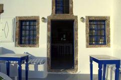 Entrada encantadora de la taberna, Santorini Imágenes de archivo libres de regalías