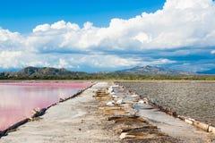 Entrada entre los lagos en la producción de sal Imagen de archivo libre de regalías