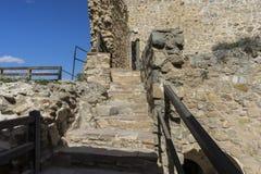 Entrada, escadas de madeira em um castelo medieval Cidade de Consuegra imagens de stock royalty free