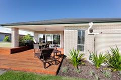 Entrada exterior e a fachada de madeira de uma casa moderna com o Foto de Stock Royalty Free