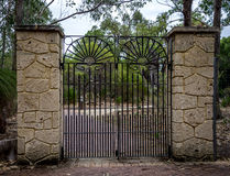 Entrada forjada escénica de la puerta en el parque nacional de Yanchep Imagen de archivo libre de regalías