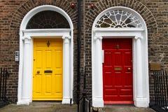 Entrada georgiana de la casa - amarillo y rojo Imagen de archivo libre de regalías