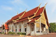 Entrada Gold-plated a un templ budista Imagen de archivo