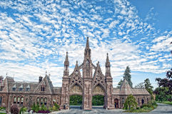 Entrada gótico no cemitério do bosque frondoso Imagens de Stock Royalty Free