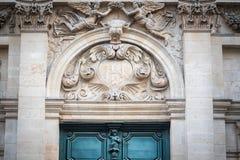 Entrada hermosa de la iglesia con las esculturas de ángeles imagenes de archivo