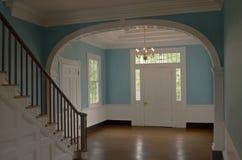 Entrada hermosa en un hogar colonial Fotografía de archivo libre de regalías