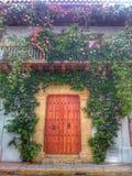 Entrada histórica da casa com flores e plantas fotos de stock