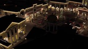 Entrada iluminada brilhante ao shopping da tomada com muitas lojas iluminadas filme