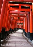 Entrada japonesa de la capilla con las columnas rojas y el fondo negro de los tejados imagenes de archivo