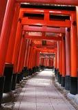 Entrada japonesa do santuário com colunas vermelhas e fundo preto dos telhados imagens de stock