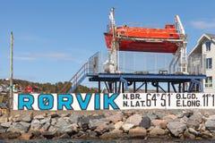Entrada a la bahía de Rorvik, bote de salvamento rojo Foto de archivo libre de regalías