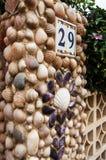 Entrada a la casa hecha de conchas marinas Foto de archivo