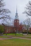 Entrada a la iglesia conmemorativa y turistas en la yarda de Harvard Fotografía de archivo libre de regalías