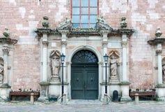 Entrada a la iglesia de San Pedro en la ciudad vieja de Riga Fotos de archivo libres de regalías