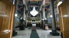 Entrada a la iglesia Interior de una iglesia ortodoxa almacen de video