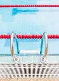 Entrada a la piscina de la competencia por la escalera metálica Fotografía de archivo