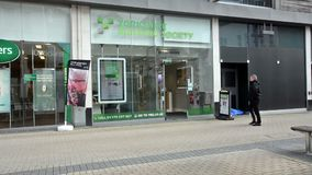 Entrada a la sociedad de crédito a la vivienda de Yorkshire, visión desde el comerciante Street, cuarto de las compras en Bristol metrajes