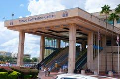 Entrada a la Tampa Convention Center con la gente en frente Fotos de archivo libres de regalías
