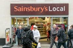 Entrada a la tienda local de Sainsburys Fotos de archivo libres de regalías