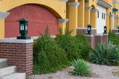 Entrada a las casas urbanas con un frente colorido del ladrillo y del estuco imagenes de archivo