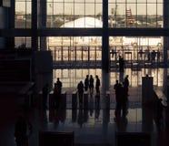 Entrada a las siluetas modernas del edificio y de la gente Imagen de archivo