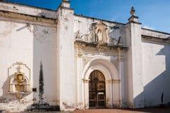 Entrada lateral de la ruina de la catedral de Santiago en Antigua Imágenes de archivo libres de regalías