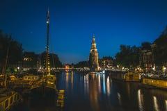 Entrada a los canales y torre de reloj en Amsterdam, Países Bajos imagen de archivo