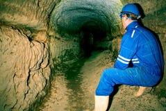 Entrada a los pasos subterráneos construidos por el hombre para la defensa Fondo del túnel Imagenes de archivo