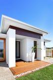 Entrada lujosa de la casa en un día soleado con el cielo azul Imagenes de archivo