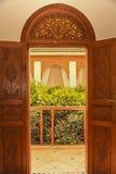 Entrada marroquí del balcón con las puertas y el tragaluz de madera tallados Imágenes de archivo libres de regalías