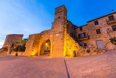 Entrada medieval de Monticchiello en la puesta del sol, Toscana fotos de archivo