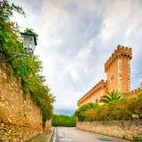 Entrada medieval del pueblo de Bolgheri y paredes exteriores y torre Imagen de archivo libre de regalías