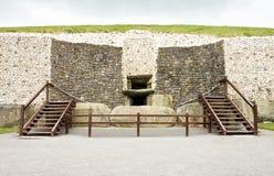Entrada megalítica do túmulo da passagem de Newgrange imagens de stock