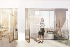 Entrada moderna branca e verde do escritório, cartaz tonificado Fotos de Stock