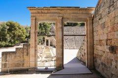 Entrada monumental da porta do teatro antigo Epidaurus em Peloponnese, Grécia, Europa fotografia de stock royalty free