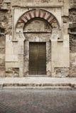 Entrada muçulmana da porta do arco da catedral espanhola Mezquita Córdova imagens de stock royalty free