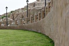 A entrada na área da rampa e da grama verde na área de resort de montanha de Al Qarah, na terra da civilização fotos de stock